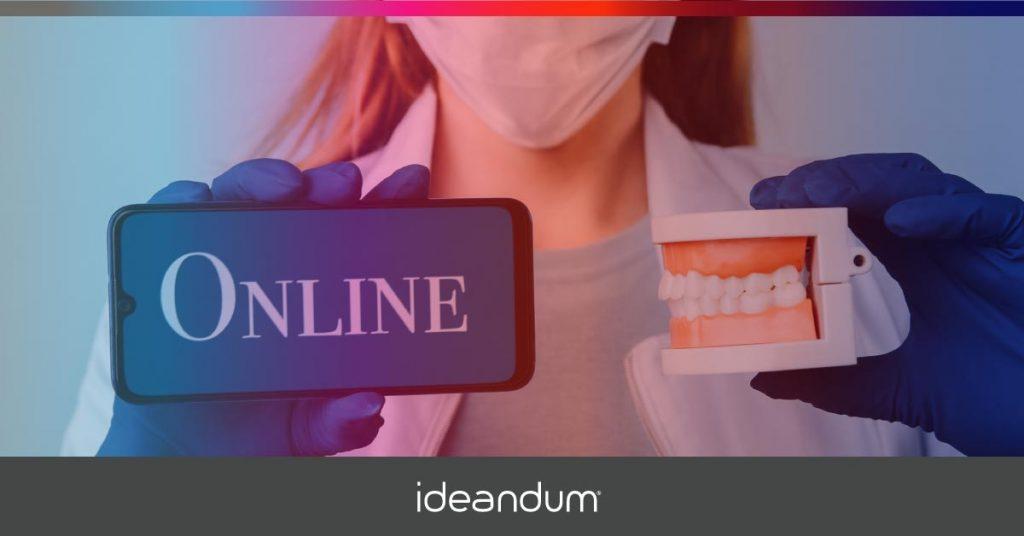 Dentista tiene in mano uno smartphone