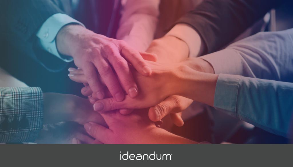 Leader con risorse umane fanno teambuilding